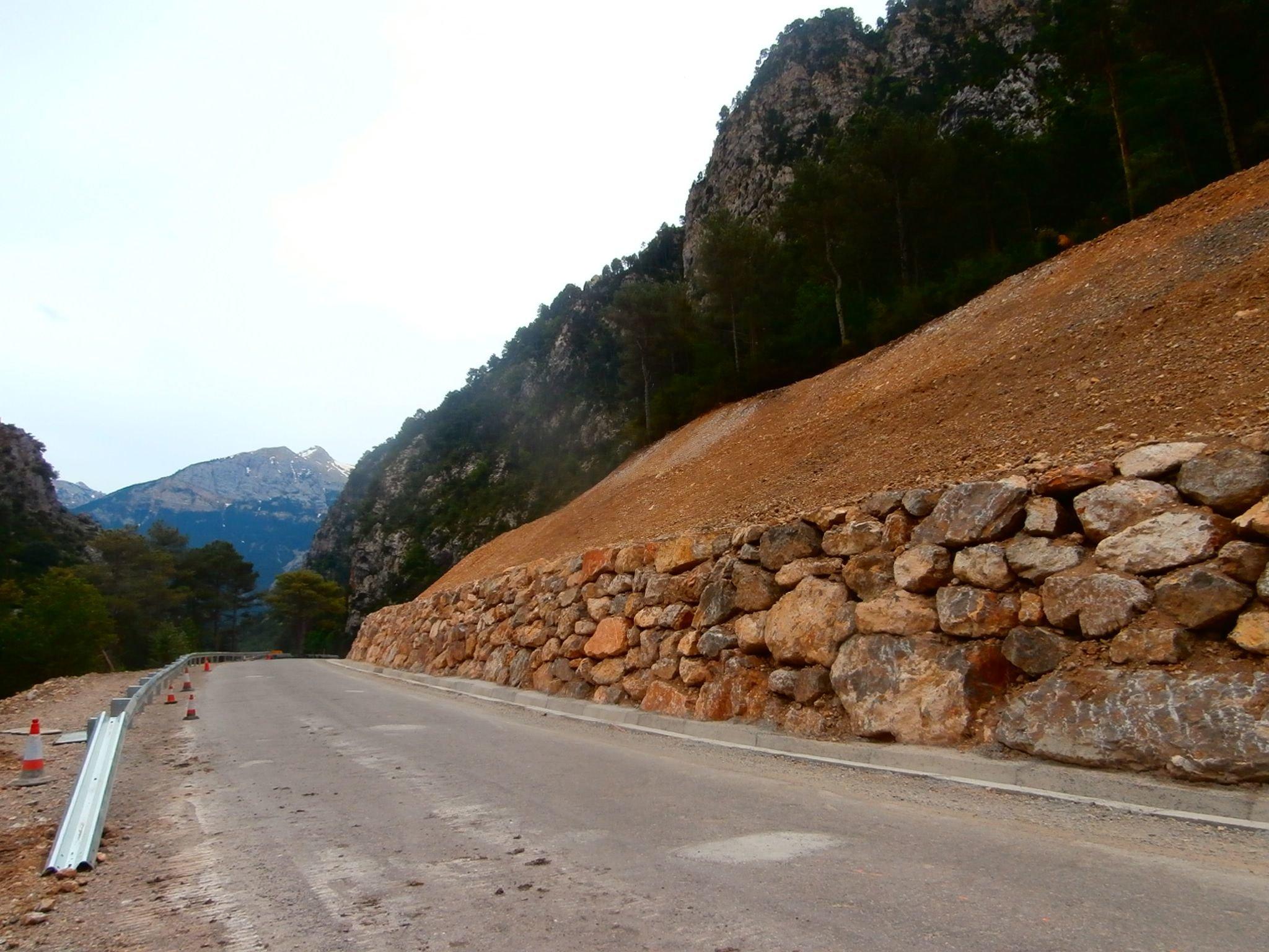 Considerable mejora en la carretera A-2609, entre Salinas y Plan