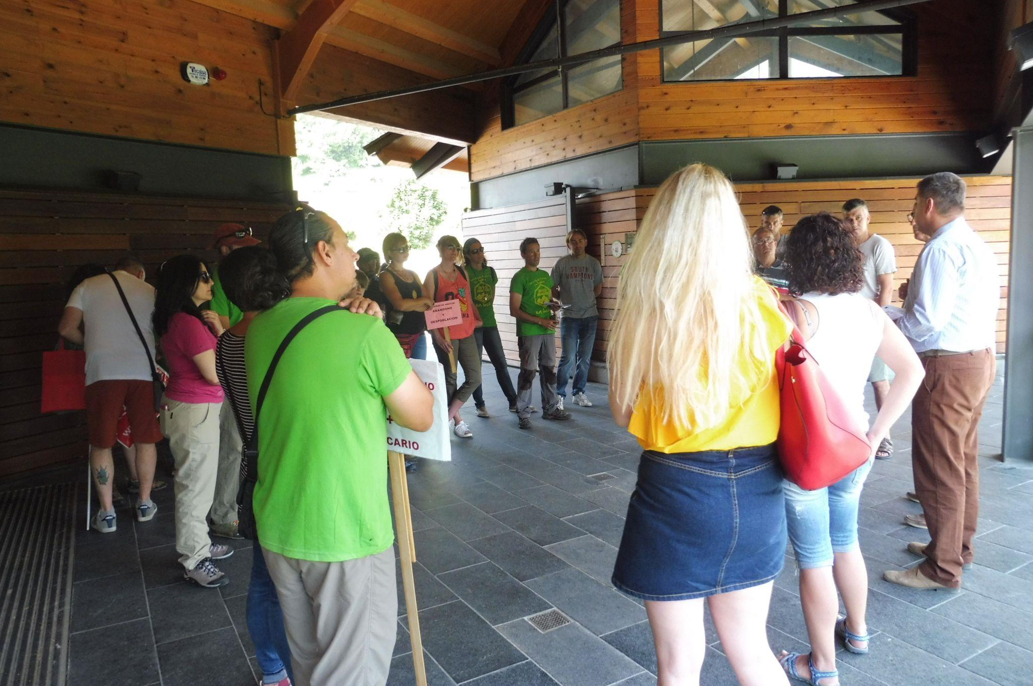 Los trabajadores escuchando al director de SARGA el pasado 13 de julio. Foto: SobrarbeDigital