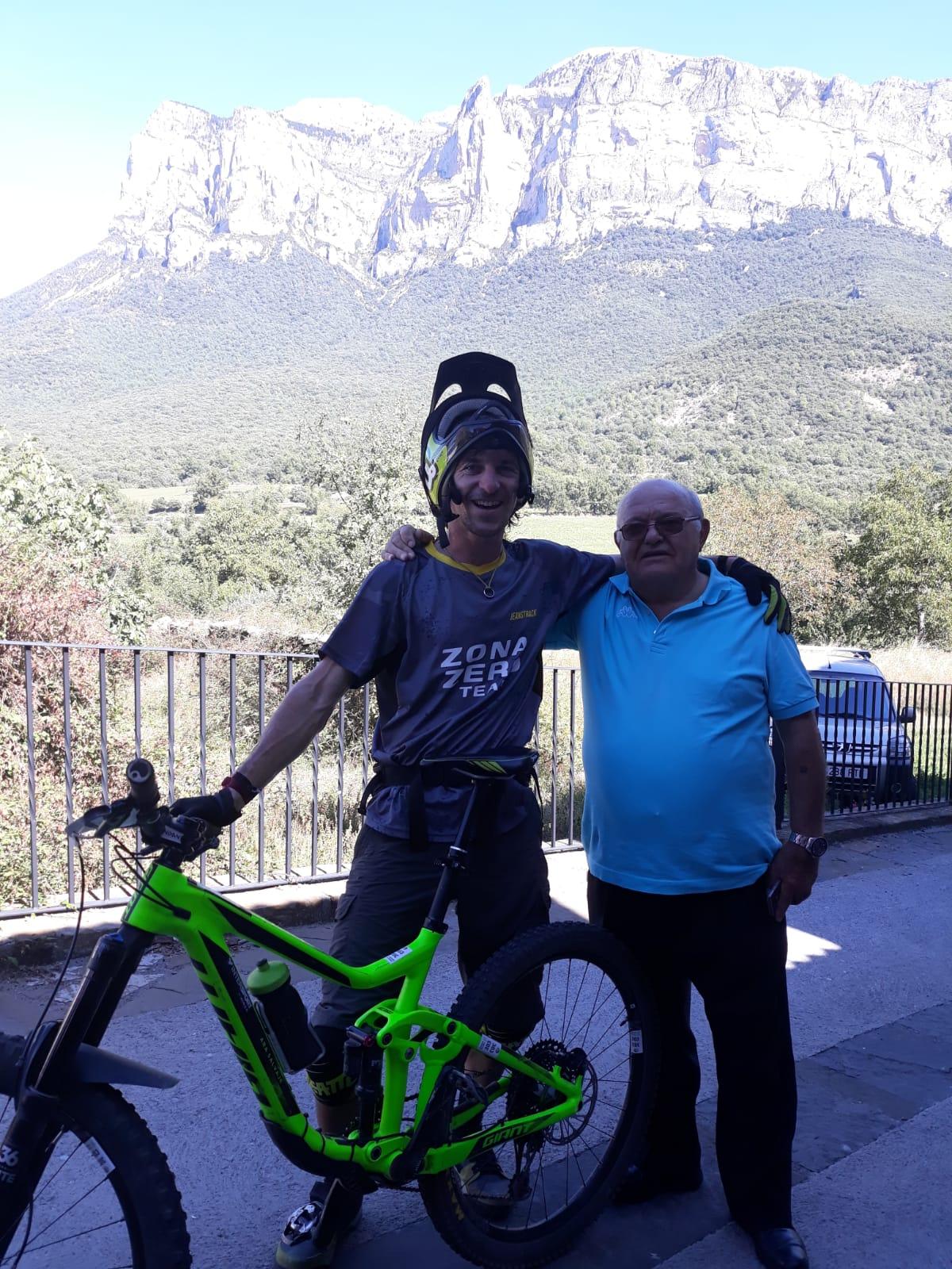 Martin Campoy y un vecino de Torrelisa. Foto. Jesús Buetas