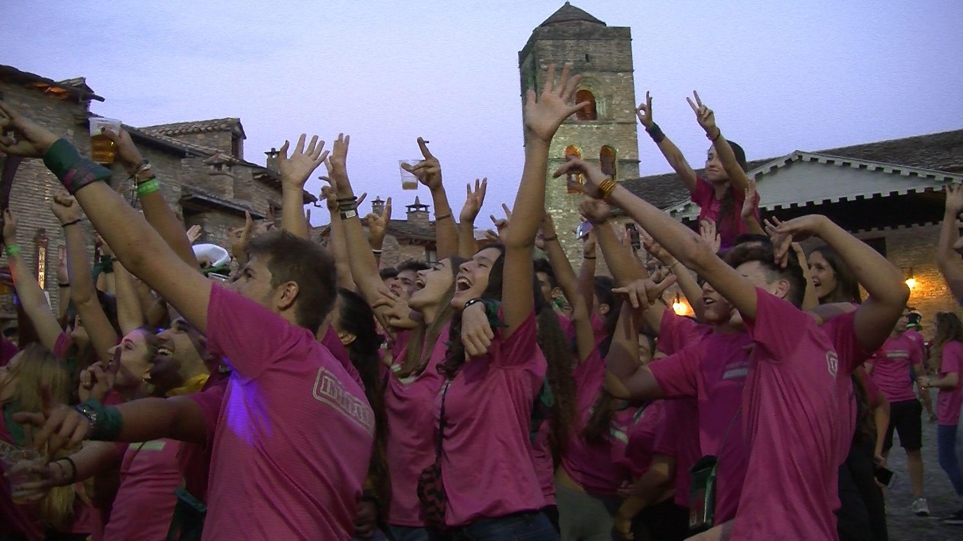 Imagen de jóvenes en las fiestas de Aínsa. Foto: SobrarbeDigital