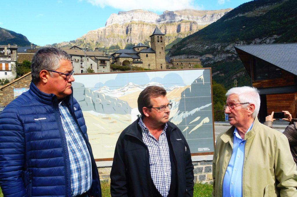 Miguel Villacampa, alcalde de Torla-Ordeaa junto a miembros de la delegación de las Cortes. Foto: SobrarbeDigital