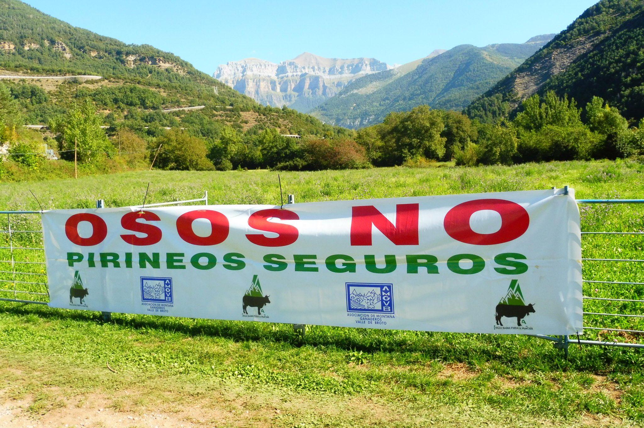 Pancarta desplegada en la Feria Ganadera de Broto. Foto: SobrarbeDigital