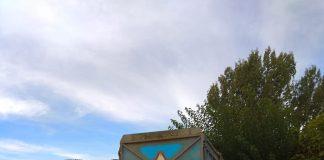 El remolque ha queda justo al lado de un parque infantil. Foto: Manuel