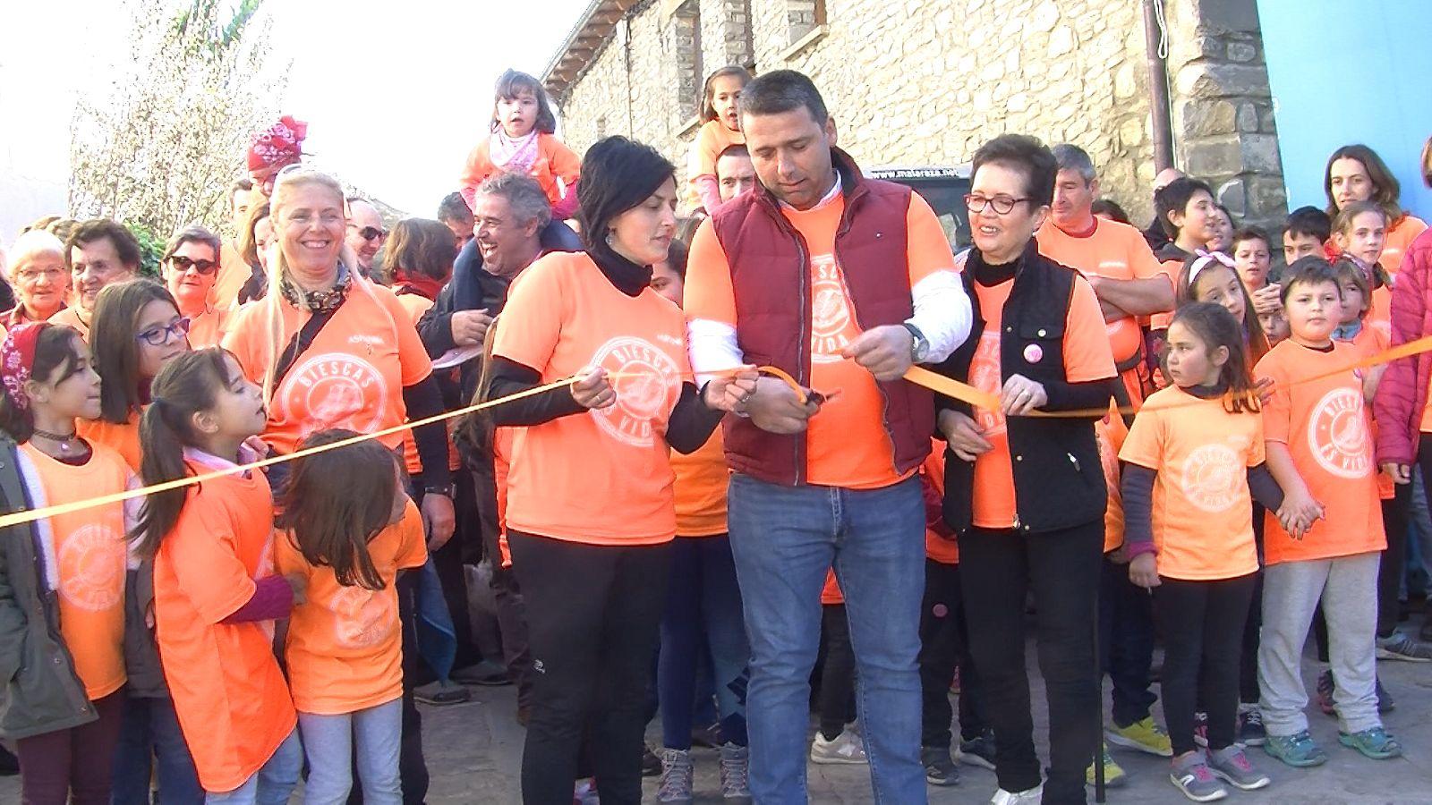 El alcalde de Fiscal cortando la cinta. Foto: SobrarbeDigital