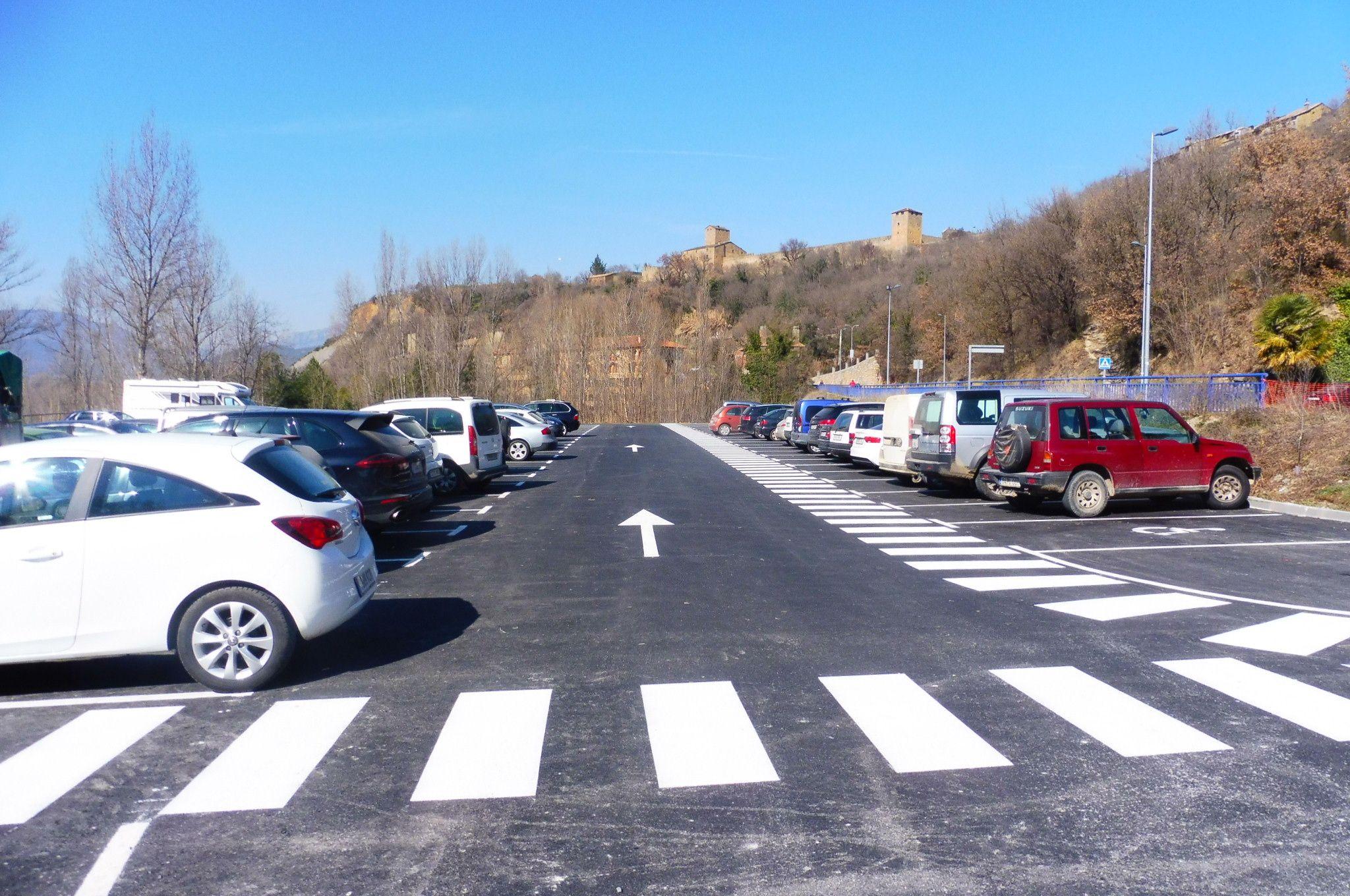 Imagen del renovado parking del 88 de Aínsa. Foto: SobrarbeDigital.