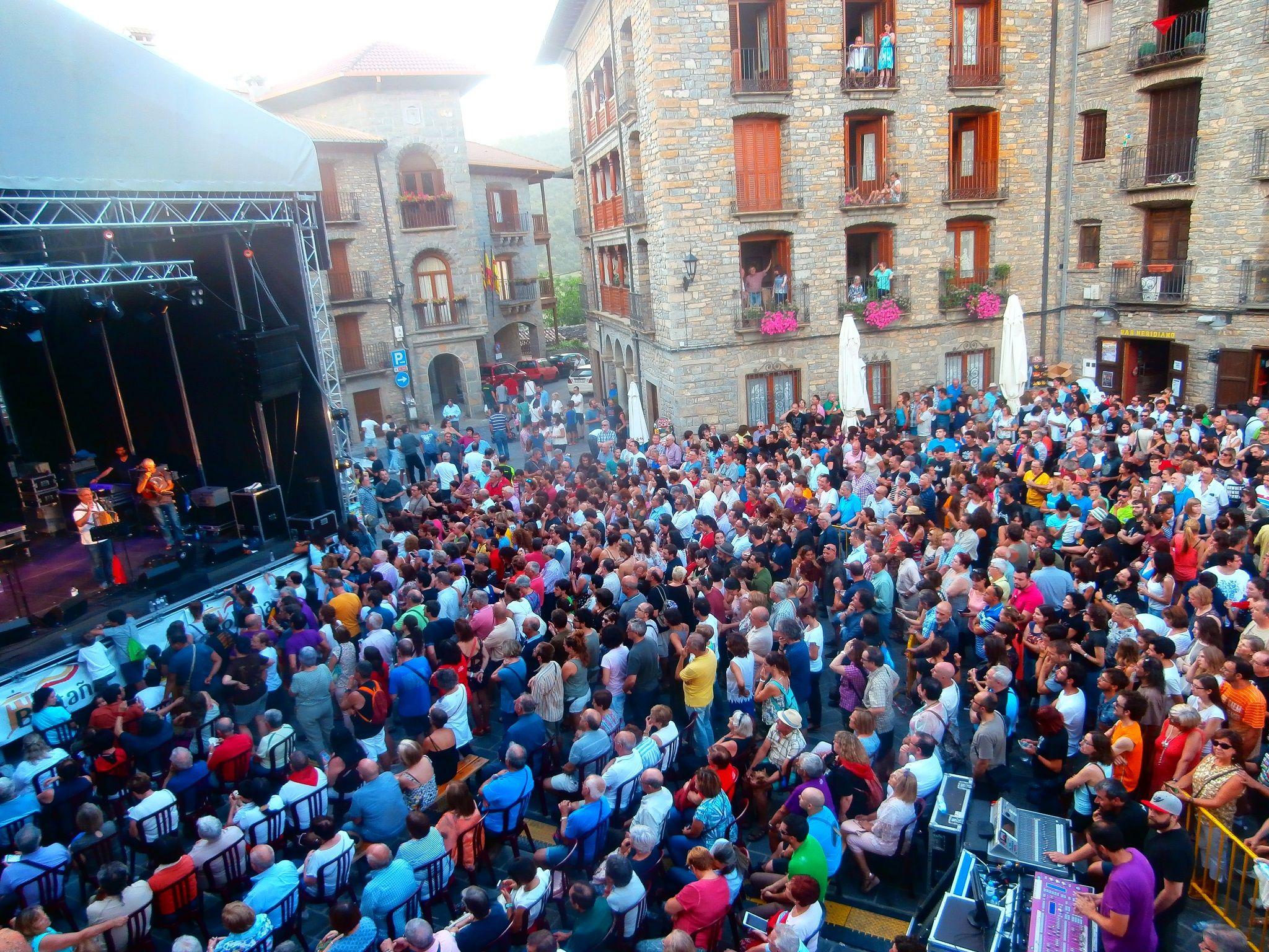 La Ronda de Boltaña en la Plaza Mayor de Boltaña en su 25 aniversario. Foto: SobrarbeDigital.